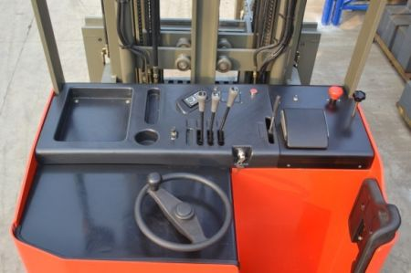 Forklift VNA (Very Narrow Aisle) 3-Way Pallet Stacker 8 operator_table